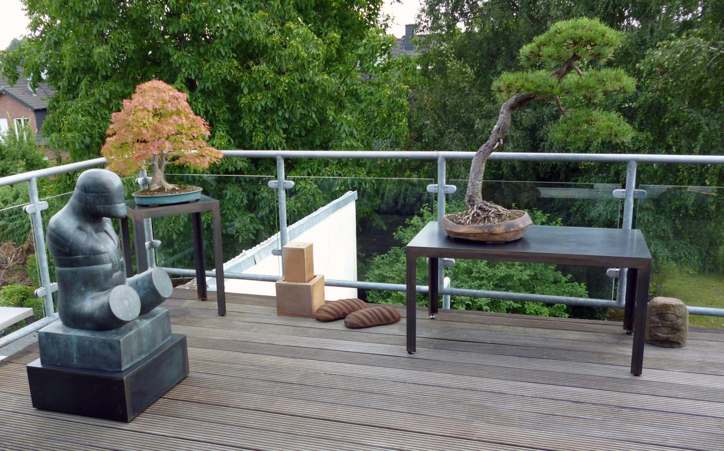 Sockel für eine Skulptur von Hede Bühl und für die Bonsai Bäume aus unbehandelten rohem Stahl, damit sie Rosten.