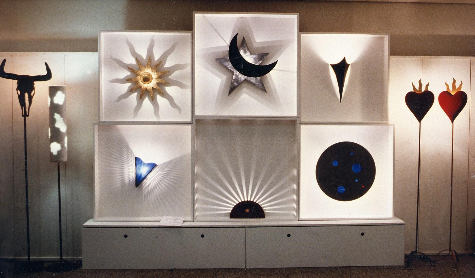Lampenregal mit Leuchten von Markus Wilkens