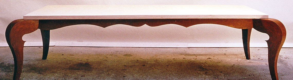 Tische und Stühle aus Metall