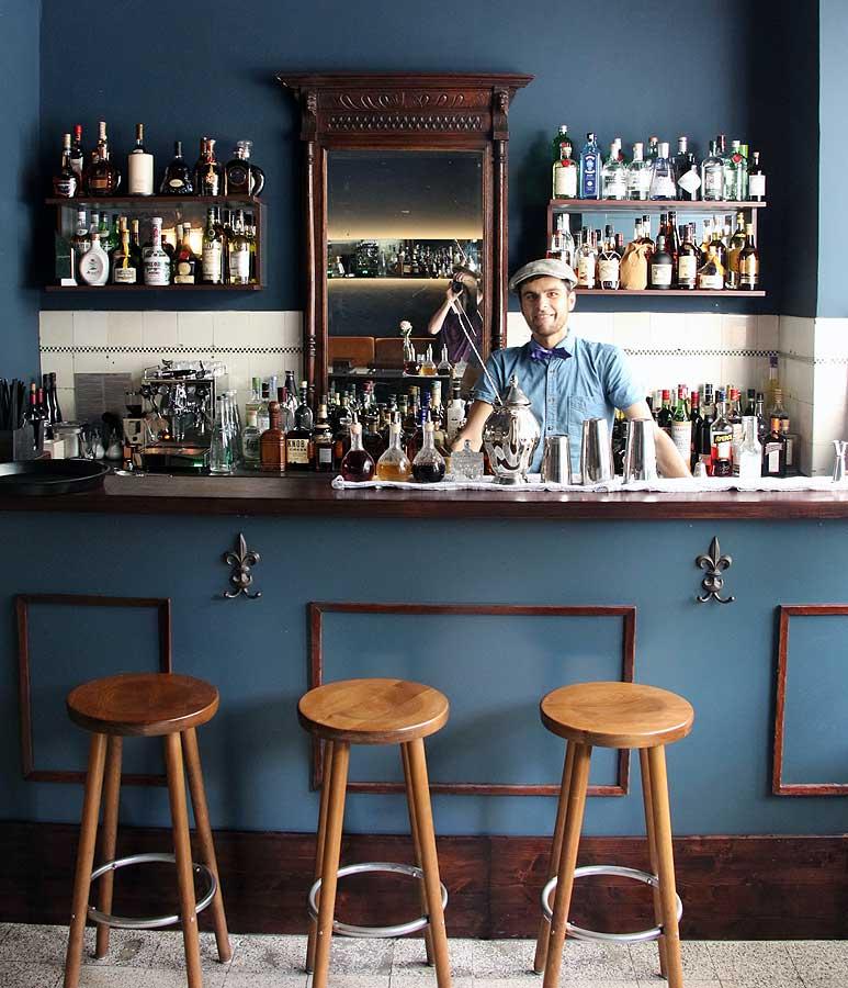 Tische und Bänke mit beleuchteten Spiegeln Square bar Düsseldorf