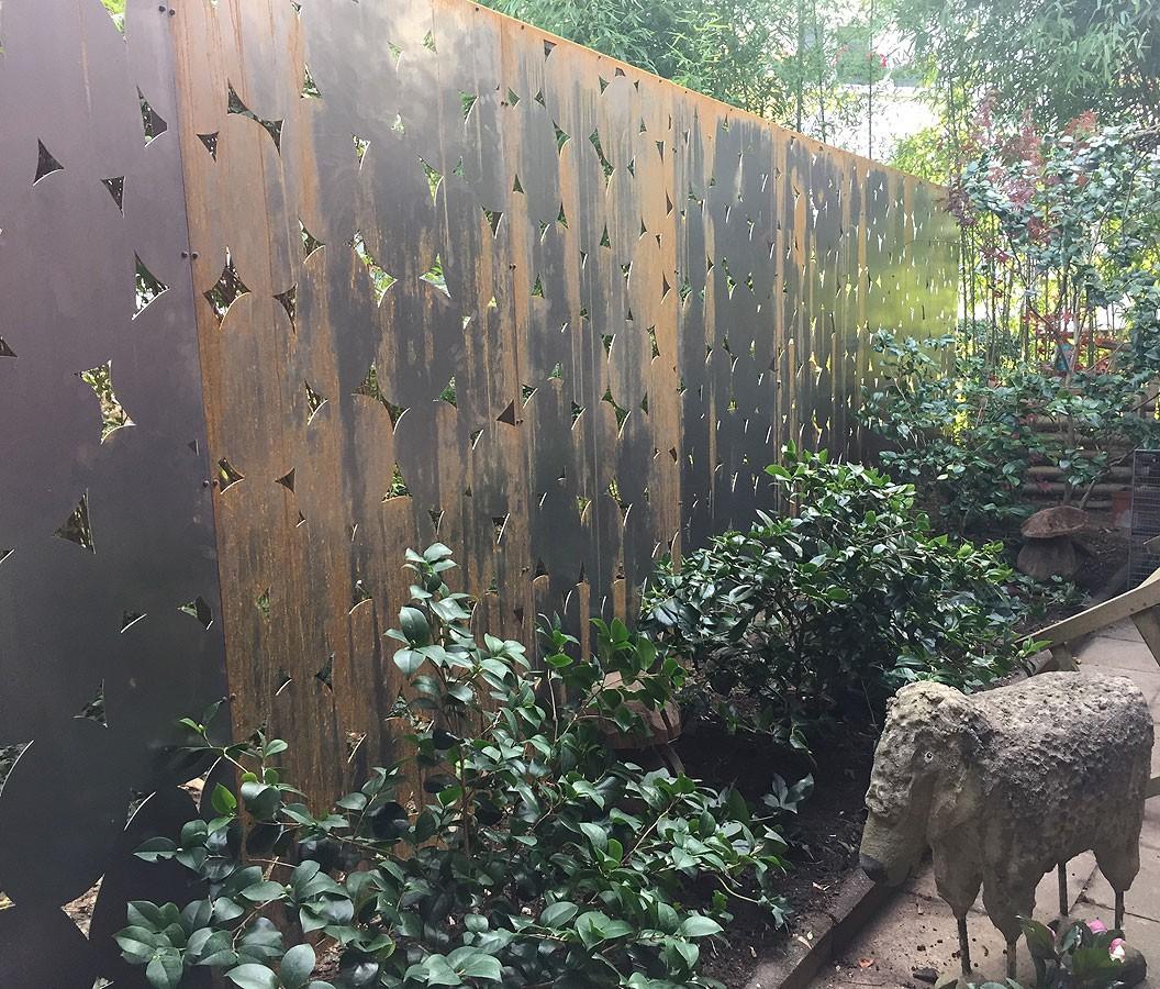 Zaun aus Cortenstahl auf verzinktem Eisenrahmen