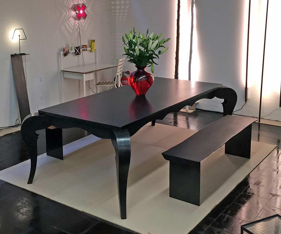 Barocktisch aus Schwarzstahl und schwarz gebeitzeter Holzplatte und passender Bank