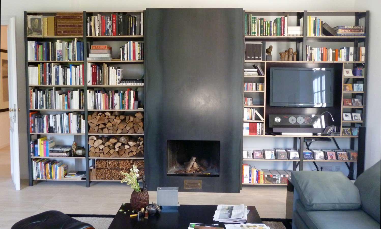 Kaminverkleidung und Bücherregale aus Schwarzstahl