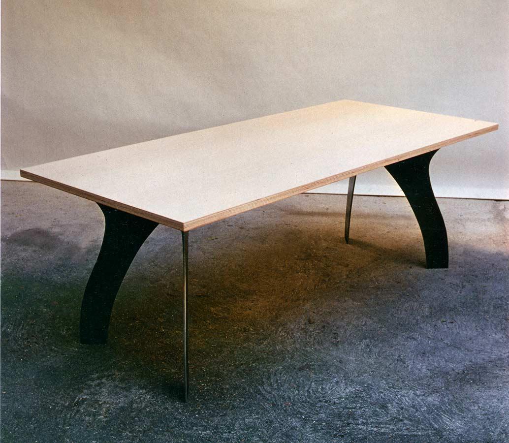 Buchenholztisch mit 10  m Stahlbeinen