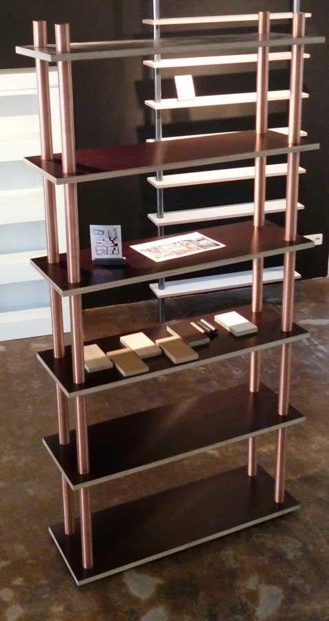 Regal mit Kupferrohren und Siebdruckplatten