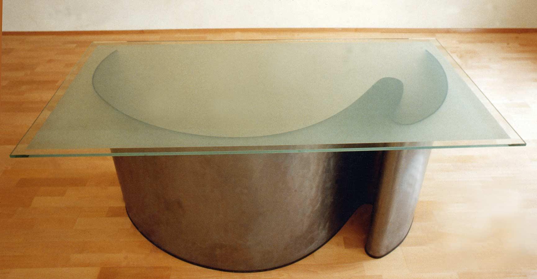 gebogenes Blechtischgestell mit gesandstrahlter Glasplatte