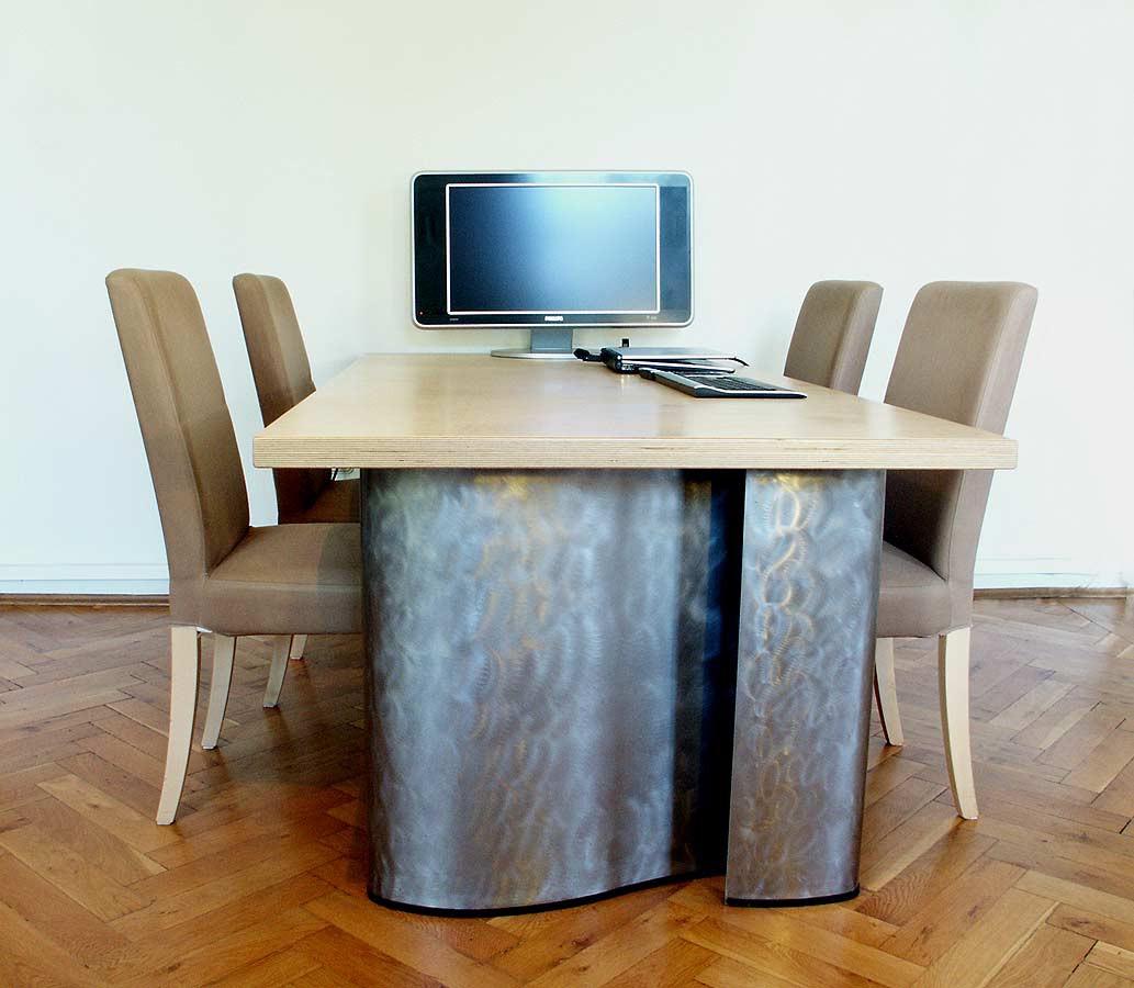 Tischgestell mit gebogenen Stahlblech Füssen