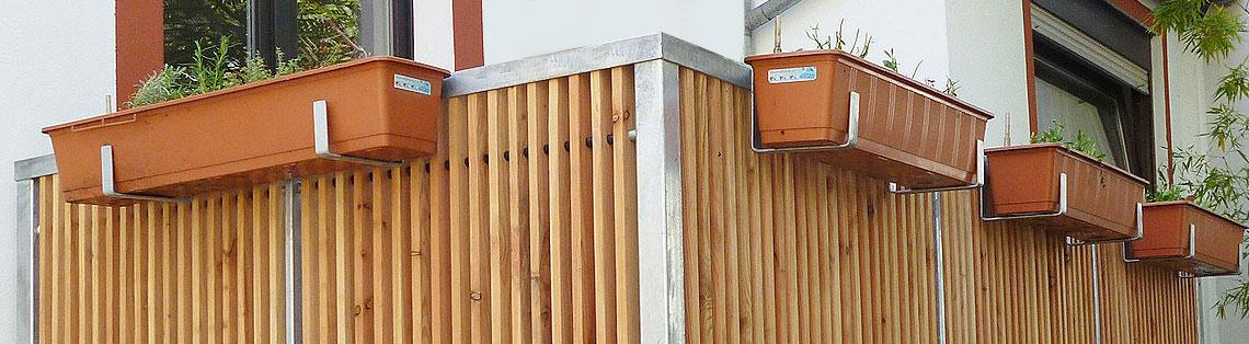 Tore und Geländer aus Metall und Holz