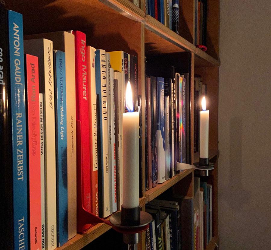Regal mit Buchstütze und Kerze