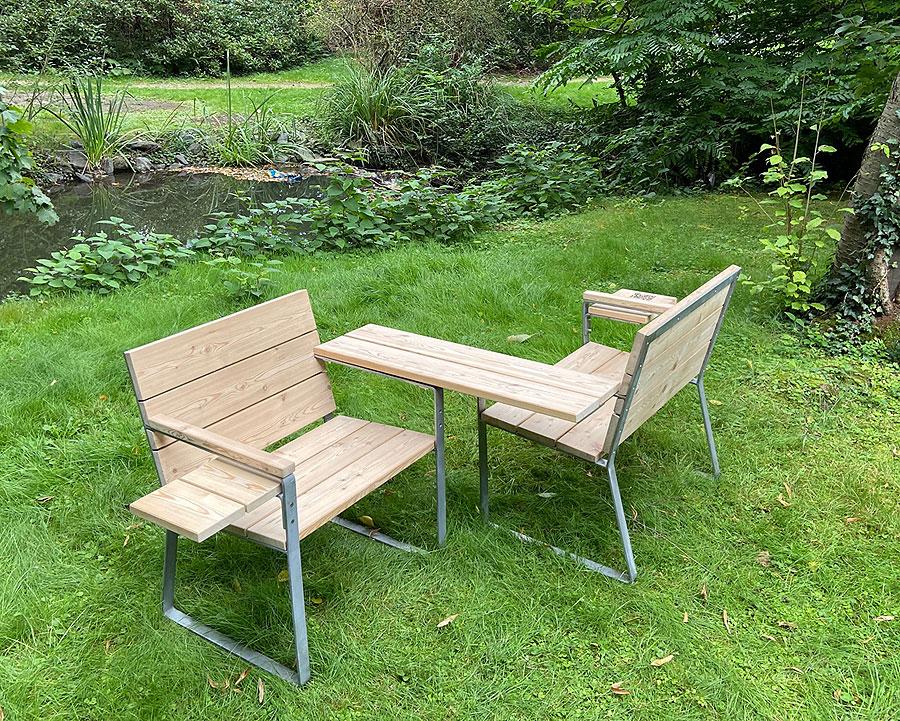 Gartenstuhl gegenüber sitzen